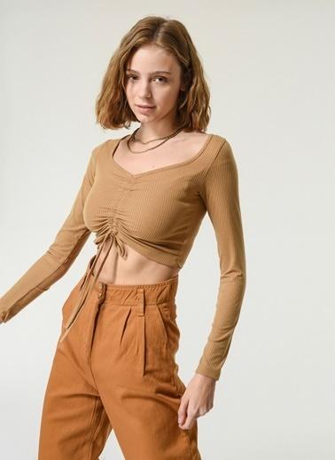 NGSTYLE NGSTYLE Kadın V Kesim Büzgü Detaylı Crop Bluz Taba